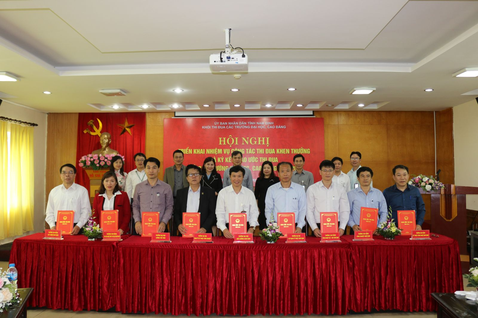 Conference on implementing tasks and signing the emulation contract in 2019 - The emulation for universities and colleges in Nam Dinh Province